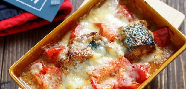 乗せて焼くだけ♪ご飯もお酒もすすむ♪『サバ缶とトマトのマヨチーズ焼き』