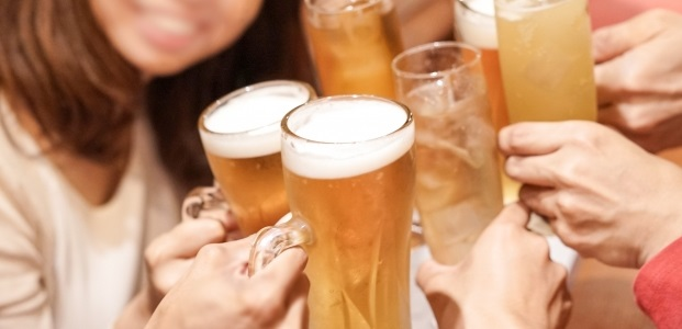 地味子、ビール片手に急接近!? 飲み会で男性のハートをわしづかみにする♡3つの方法