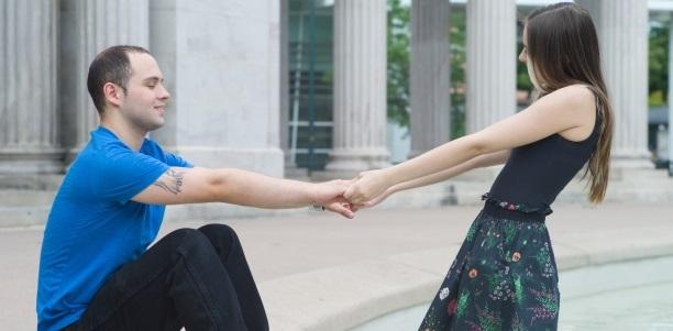 オンラインで年下の恋人を作る3つの方法